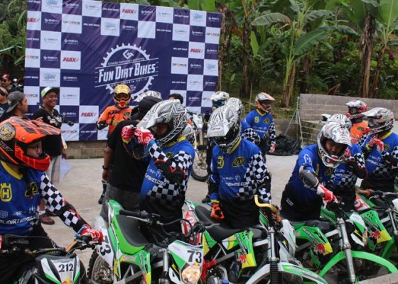 Nusabali.com - anti-mainstream-customer-gathering-by-gmedia-jelajahi-hutan-tabanan-dengan-motor-cross