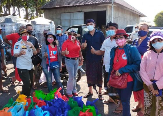Nusabali.com - ildi-bali-bagikan-sembako-di-pelabuhan-sekarjaya-klungkung