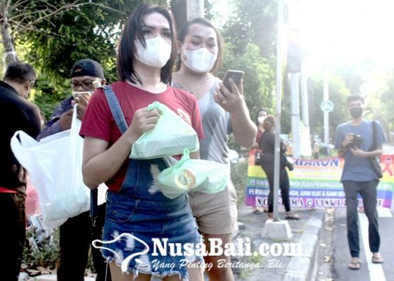 Nusabali.com - komunitas-waria-berbagi-nasi-bungkus-gratis