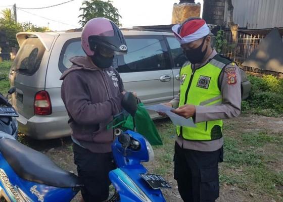 Nusabali.com - polisi-kenakan-destar-merah-putih-saat-laksanakan-penyekatan