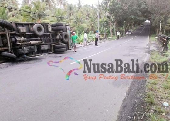 Nusabali.com - truk-box-nyaris-terjun-ke-sungai