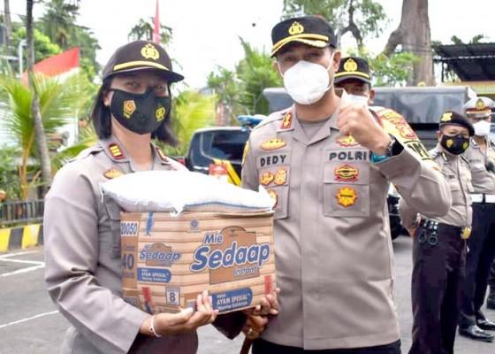 Nusabali.com - kapolres-badung-salurkan-240-paket-sembako