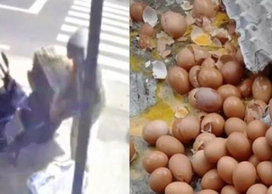 Nusabali.com - ikhlas-saat-ratusan-telur-pecah-disenggol-seorang-wanita-pedagang-ini-dapat-apresiasi-dari-netizen