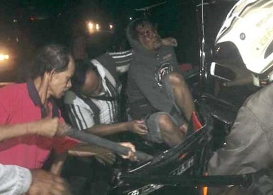 Nusabali.com - ditabrak-bus-pengemudi-pick-up-tergencet-15-menit