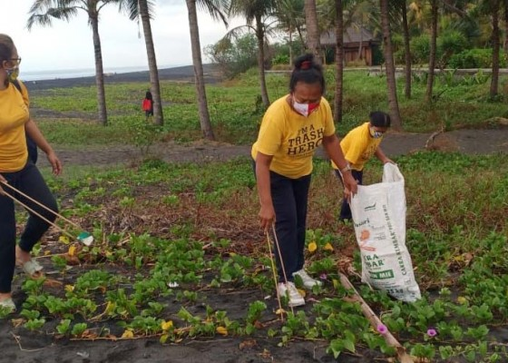 Nusabali.com - trash-hero-clean-up-dan-lepas-tukik-di-pantai-saba