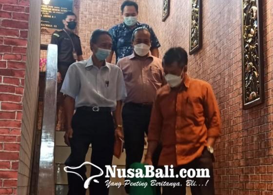 Nusabali.com - diperiksa-jaksa-6-jam-mantan-kadis-kebudayaan-tak-ditahan