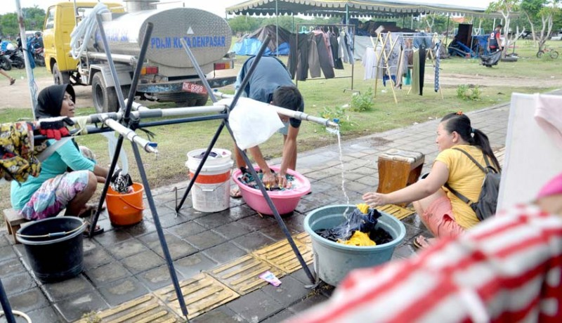 www.nusabali.com-mencuci-pakaian-di-lapangan-terbuka