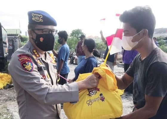 Nusabali.com - batalyon-pesat-gatra-bagi-sembako-di-tpa-suwung
