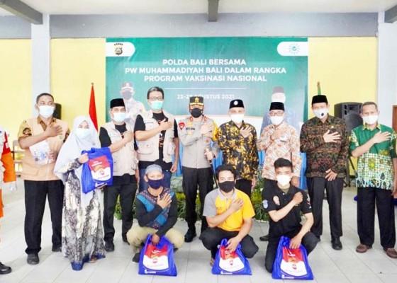 Nusabali.com - kapolda-serahkan-bantuan-1-ton-beras-ke-muhammadiyah