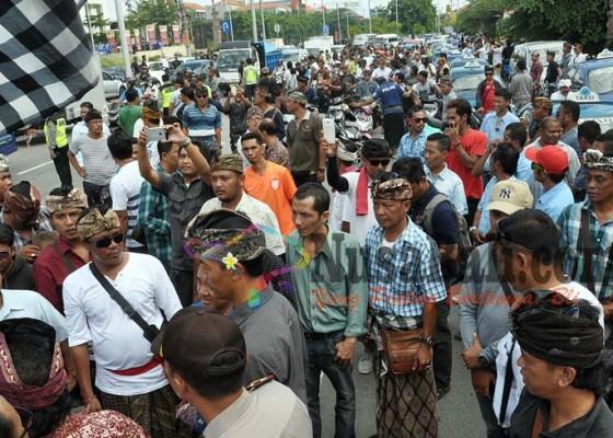 Nusabali.com - demo-tolak-taksi-online-macetkan-jalan