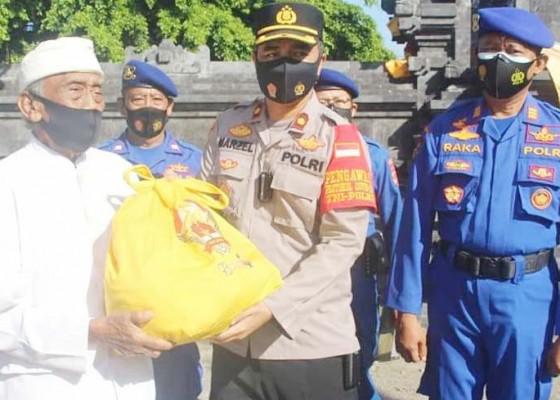Nusabali.com - pemangku-pura-dang-kahyangan-jati-terima-bansos-alumni-akpol-93