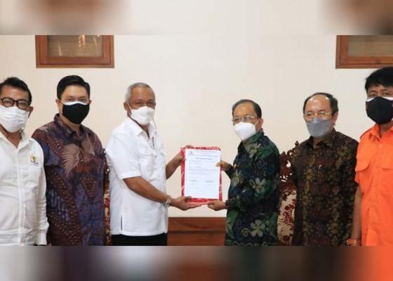 Nusabali.com - gubernur-koster-terima-generator-oksigen-dari-kadin