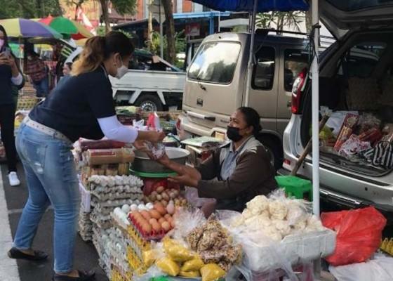 Nusabali.com - gandeng-lpk-disnaker-berbagi-nasi-bungkus