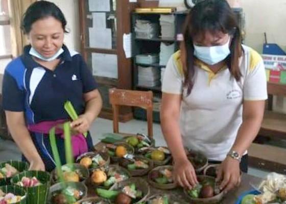 Nusabali.com - siswa-diminta-sembahyang-ngayat-dari-merajan