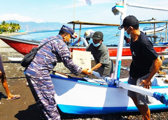 Nusabali.com - pos-tni-al-celukan-bawang-bagikan-sembako-kepada-nelayan