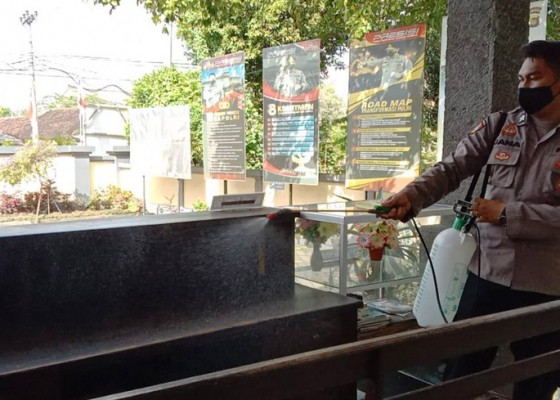 Nusabali.com - penyemprotan-disinfektan-rutin-di-markas-polisi