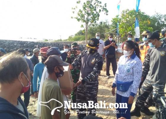 Nusabali.com - lanal-denpasar-berbagi-sembako-di-pesisir-serangan