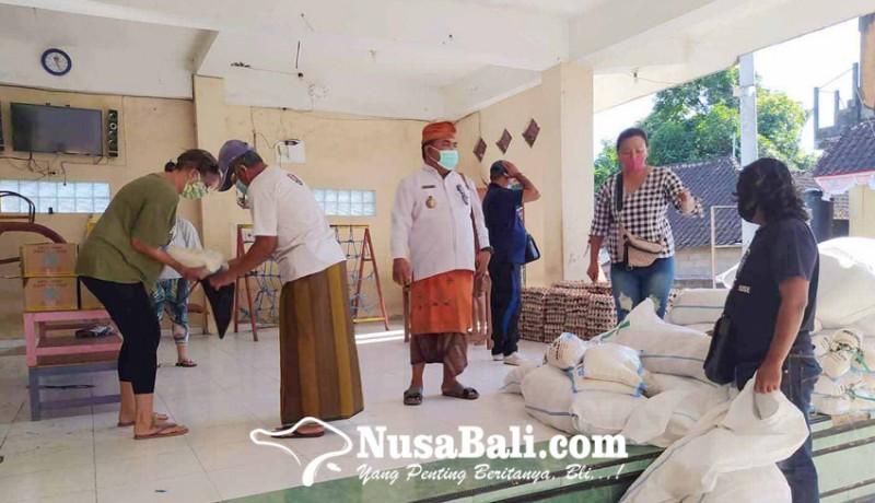 www.nusabali.com-yayasan-bagikan-paket-sembako-di-desa-purwakerti