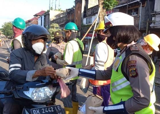 Nusabali.com - sambut-hut-polwan-ke-73-polwan-polres-gianyar-bagikan-masker-dan-makanan