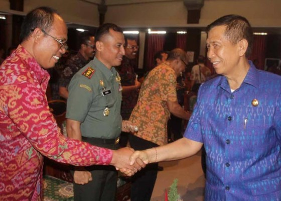 Nusabali.com - dipertanyakan-pejabat-suka-melancong-ke-luar-negari
