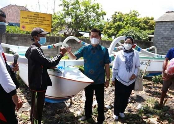 Nusabali.com - 2-kelompok-nelayan-terima-jukung-bantuan-bupati