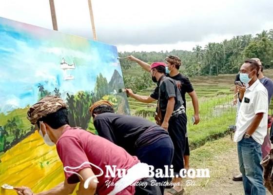Nusabali.com - pelukis-bac-ramai-ramai-melukis-di-pematang-sawah