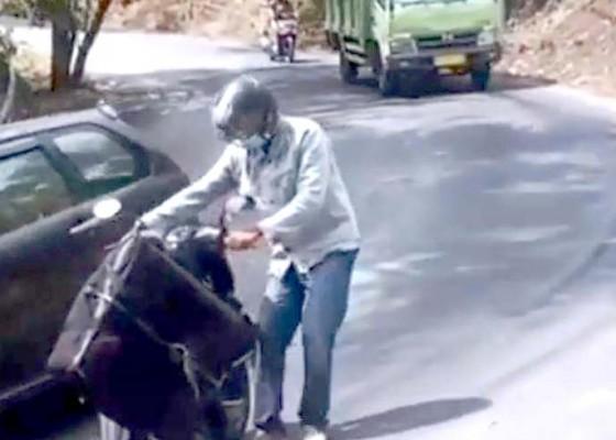 Nusabali.com - pemotor-terjatuh-akibat-tumpahan-oli