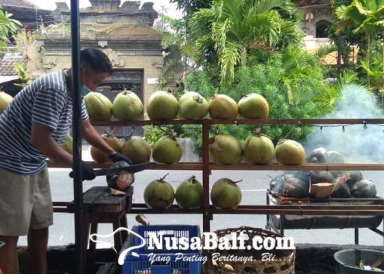 Nusabali.com - nikmatnya-kelapa-bakar-rempah-ala-centhong-markonah