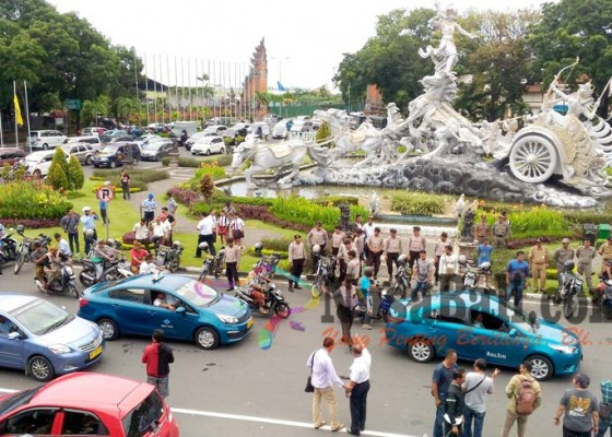 Nusabali.com - demo-taksi-online-dinilai-ganggu-pariwisata-bali
