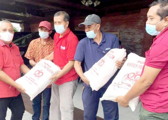 Nusabali.com - bantu-pupuk-berkualitas-ke-petani-subak-di-ayunan
