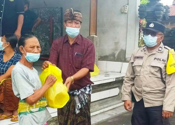 Nusabali.com - polsek-marga-bagi-bagi-sembako-di-desa-baru