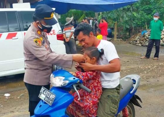 Nusabali.com - vaksinasi-di-pebuahan-polisi-bagikan-masker