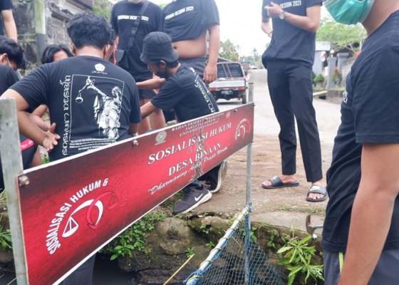 Nusabali.com - bem-fh-unud-pasang-jaring-sampah-di-desa-ole-tabanan