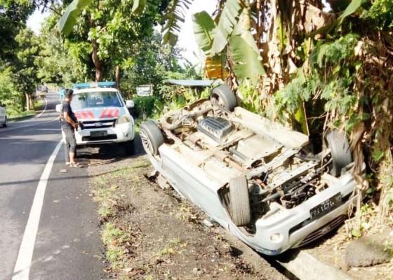 Nusabali.com - ban-mendadak-pecah-avanza-jatuh-dan-terguling