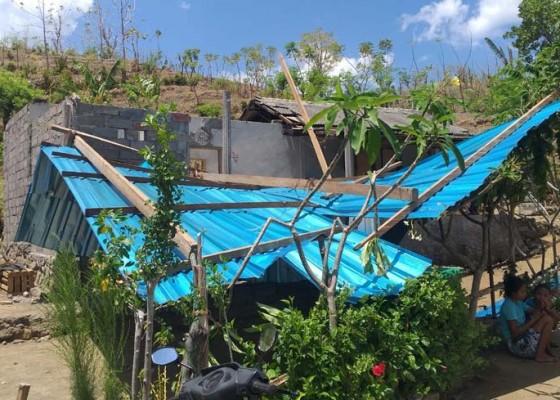 Nusabali.com - diterjang-puting-beliung-atap-rumah-warga-rusak