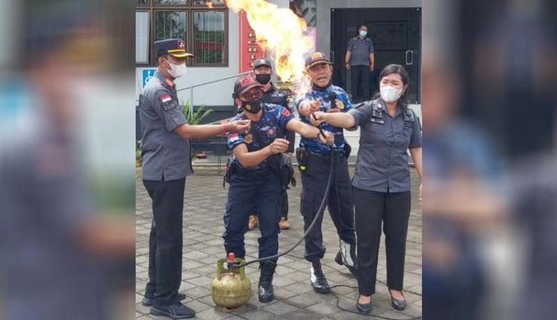 www.nusabali.com-pegawai-lapas-narkotika-latihan-padamkan-kebakaran