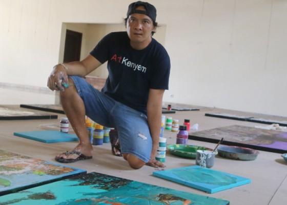 Nusabali.com - perupa-kenyem-melukis-24-jam-nonstop-dan-pamerkan-karya-di-komaneka-ubud