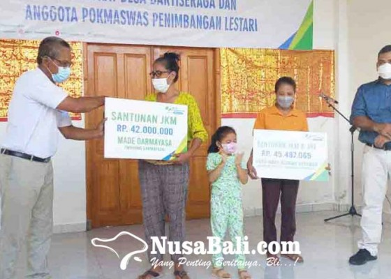 Nusabali.com - perangkat-desa-dan-anggota-pokmaswas-baktiseraga-terima-santunan-bp-jamsostek