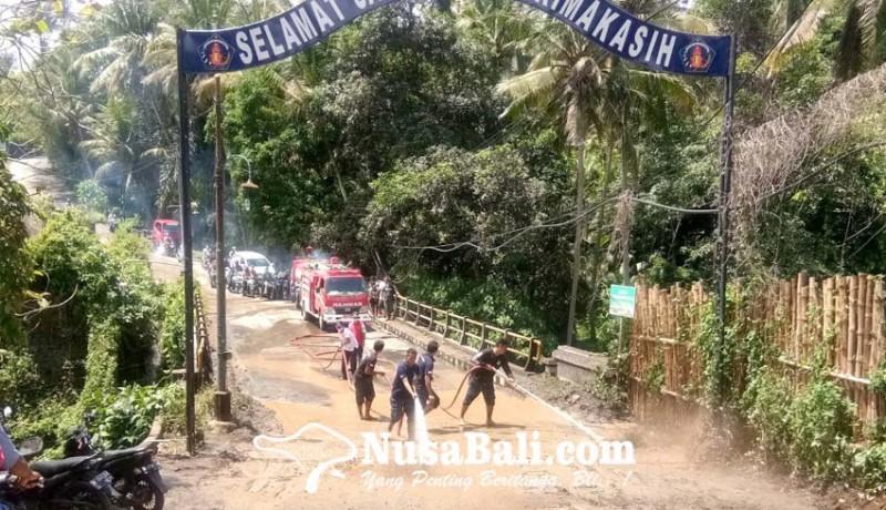 www.nusabali.com-tanah-galian-longsor-meluber-ke-jembatan