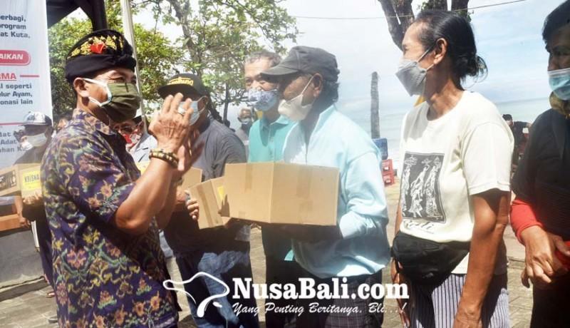 www.nusabali.com-bantu-krama-desa-adat-kuta-bagikan-200-paket-sembako