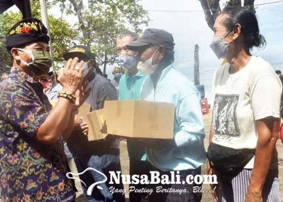Nusabali.com - bantu-krama-desa-adat-kuta-bagikan-200-paket-sembako