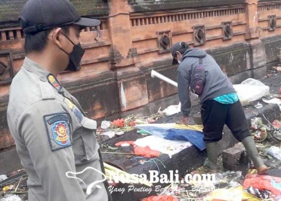 Nusabali.com - kasus-makin-melandai-tim-yustisi-tetap-awasi-prokes-di-pasar-tumpah