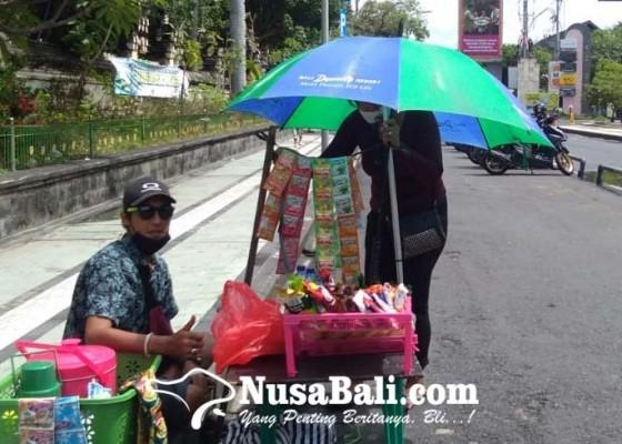 Nusabali.com - baru-dua-pedagang-berjualan-di-kantong-parkir-kuta