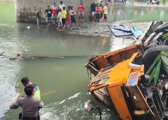Nusabali.com - truk-nyemplung-di-jembatan-yeh-sumbul-sopir-tewas