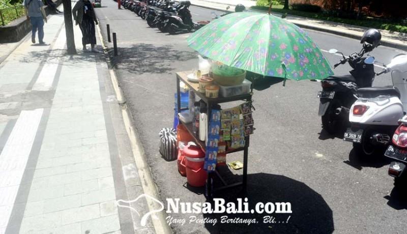 www.nusabali.com-pedagang-buka-lapak-di-lahan-parkir-pantai-kuta