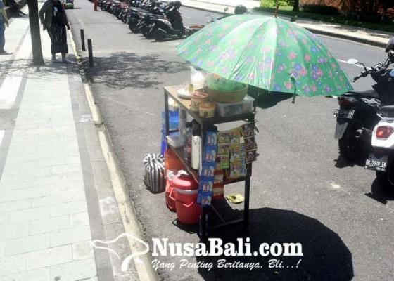 Nusabali.com - pedagang-buka-lapak-di-lahan-parkir-pantai-kuta