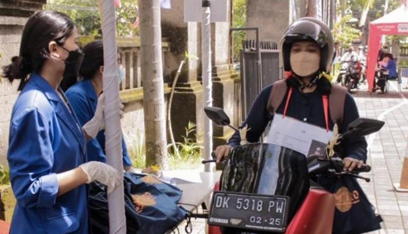 www.nusabali.com-opspek-di-masa-pandemi-mahasiswa-baru-ambil-atribut-secara-drive-thru