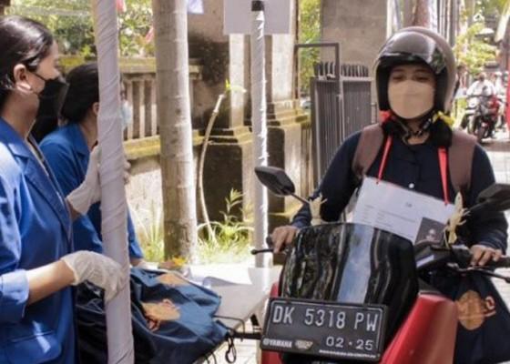 Nusabali.com - opspek-di-masa-pandemi-mahasiswa-baru-ambil-atribut-secara-drive-thru