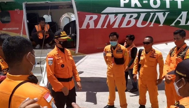 www.nusabali.com-tim-sar-jalan-kaki-menuju-lokasi-jatuhnya-pesawat-rimbun-air-di-ketinggian-2400-meter
