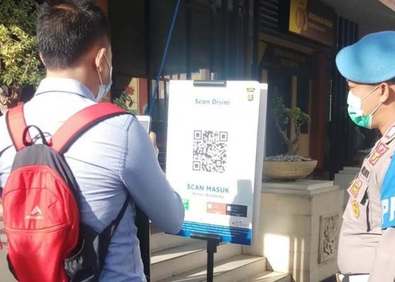 Nusabali.com - masuk-polres-buleleng-wajib-scan-pedulilindungi